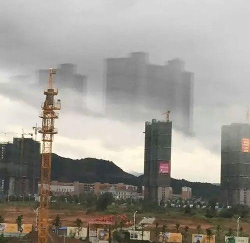 一組江西武寧縣海市蜃樓的組圖在網絡熱傳。照片中,在延綿的山脈上方出現兩棟高樓大廈,彷彿屹立在雲端,令人驚歎。(網絡圖片)