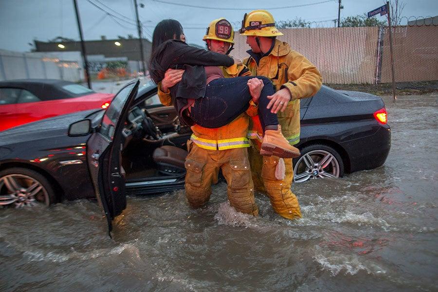 加州17日迎來多年來首見的強烈暴風雨,南加州首當其衝,洪水淹沒高速公路,至少6人遇難。(David McNew/Getty Images)
