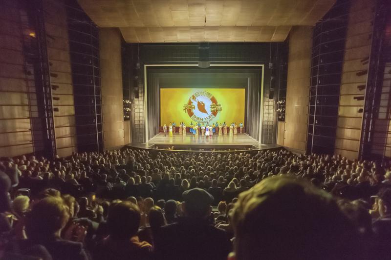 2月17日,神韻世界藝術團在美國芝加哥哈里斯劇院(Harris Theater)進行當地的第5場演出,一票難求。 (David Yang/大紀元)