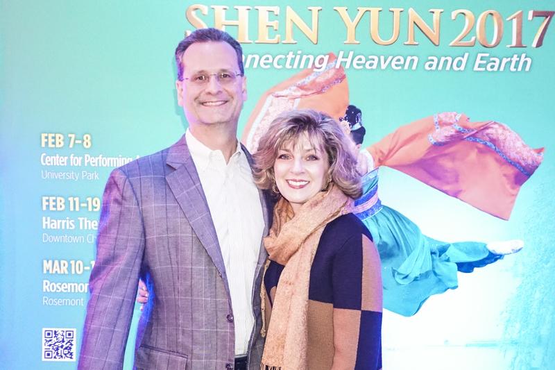 2月17日晚,四大國際會計事務所之一的安永(Ernst & Young)合伙人Randy Leali和太太Lisa 觀看了神韻世界藝術團在芝加哥市的第5場演出。(Valerie Avore/大紀元)