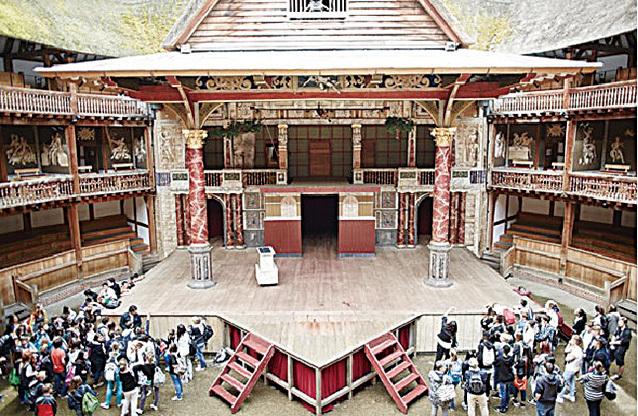 穿過厚重的木門進入「400年前」的環球劇場,古老的故事彷彿就在眼前上演。(John Wildgoose)