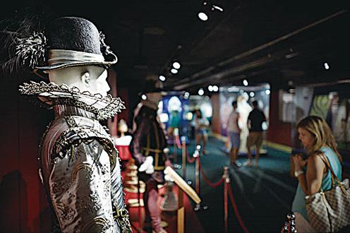 展覽館中有精美的華服和道具,當然少不了有趣的典故,帶上中文語音導覽,體驗濃濃的古典英倫味道。(John Wildgoose)