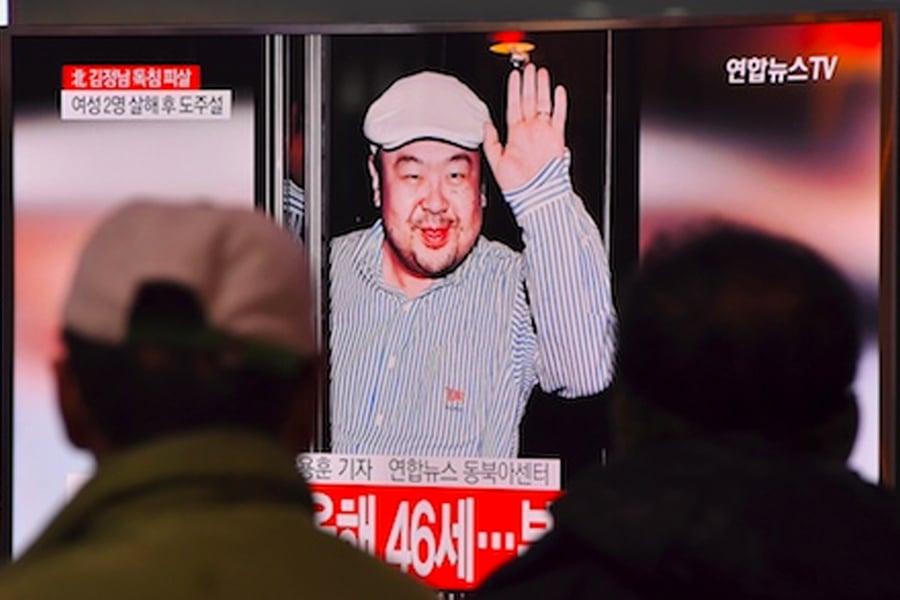 馬來西亞警方正在追捕金正男遇刺案4名北韓嫌犯。圖為南韓人觀看電視播報金正男被暗殺的消息。(JUNG YEON-JE/AFP/Getty Images)