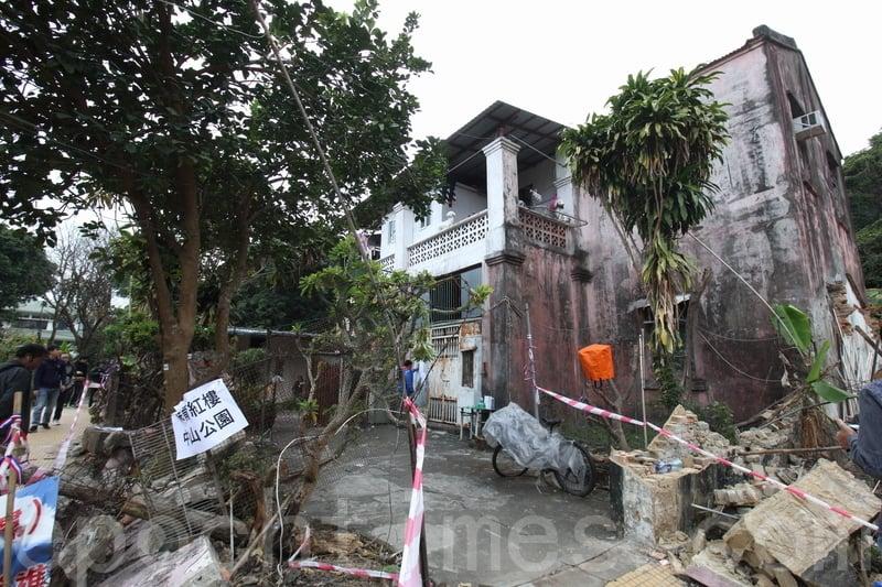 大陸業主上星期開始拆卸紅樓外的圍牆,部份粉紅色牆身碎片散落在地下,政府指清拆工程未得到許可,屬於非法。(蔡雯文/大紀元)