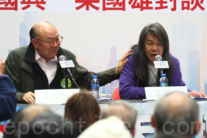 胡國興和梁國雄昨日出席街頭論壇,就政改方案與《基本法》22條立法等議題辯論。(李逸/大紀元)