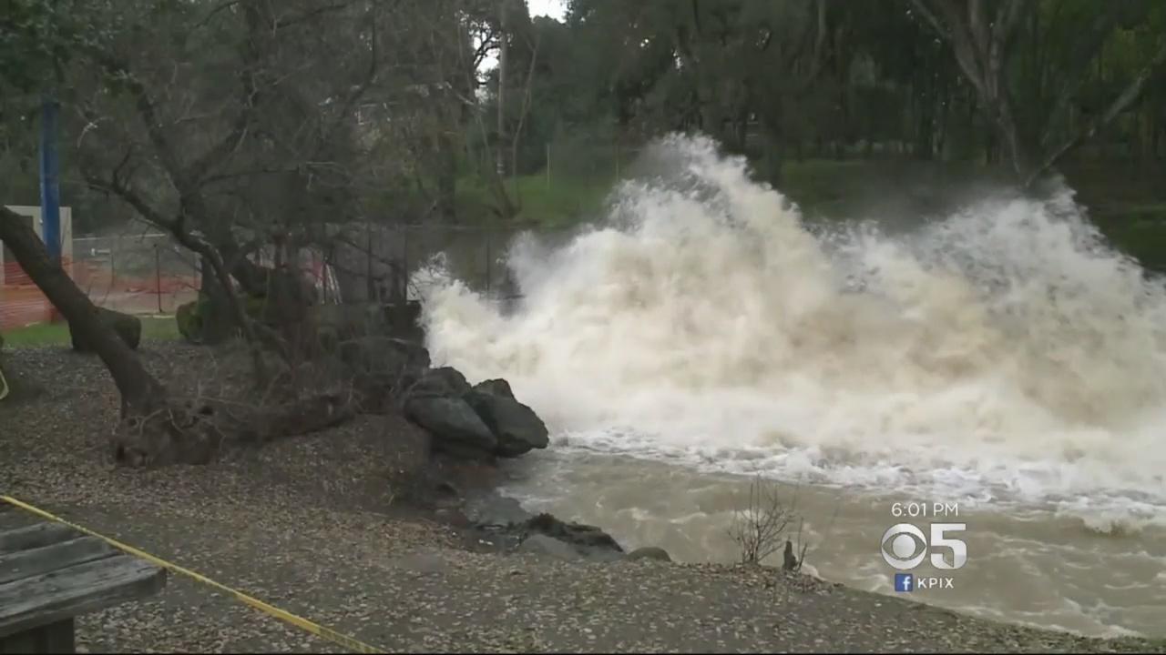 矽谷聖塔克拉拉縣的安德森水庫在洩洪。(視像擷圖)