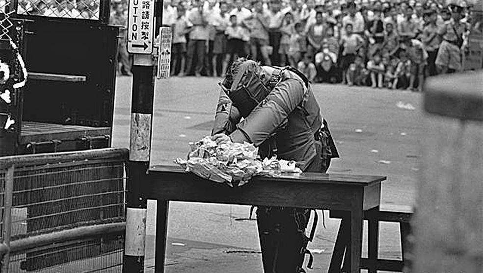 圖為六七暴動期間,拆彈人員正在拆「土製菠蘿」,大批市民圍觀。