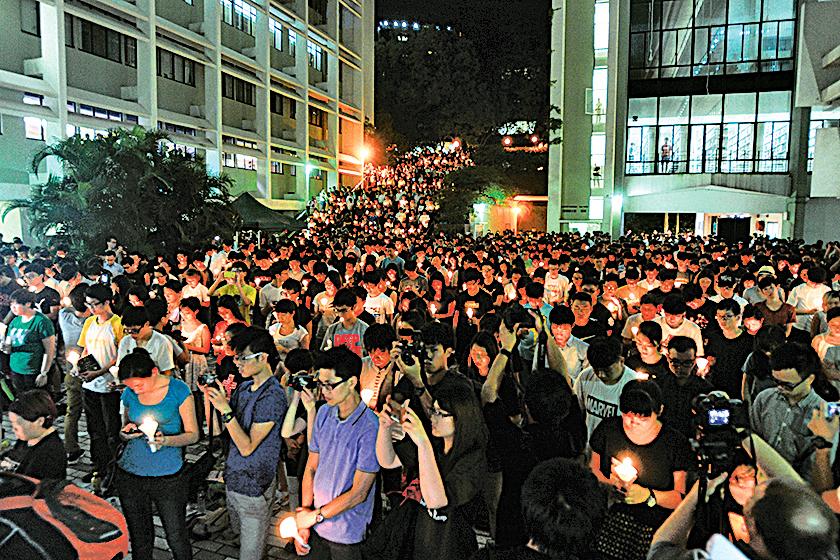 15年港大學生會於校園內舉行燭光晚會悼念六四死難者,當中有內地生參與。(大紀元資料室圖片)