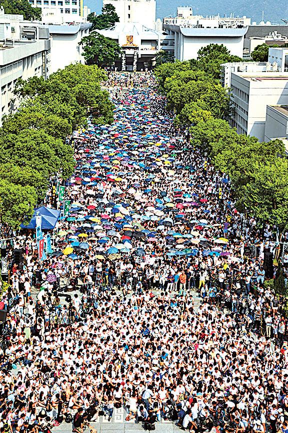 在香港,學生及市民罷課抗議不會像在大陸般被秋後算賬。圖為14年9月22日,由學聯發起的大專生罷課頭一天,1萬3千來自25間大專院校的學生、舊生及市民坐滿中文大學百萬大道,向中共表明不屈服、不認命的精神,創下了香港最多人罷課的紀錄。(大紀元資料室圖片)