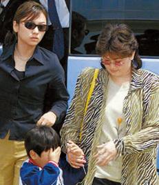 徐英羅(左)和金正男正妻申正熙(右)。前面的孩子是申正熙同金正男生的兒子錦率。這張照片是2001年金正男在日本成田機場被驅逐出境時拍攝的。(網絡圖片)