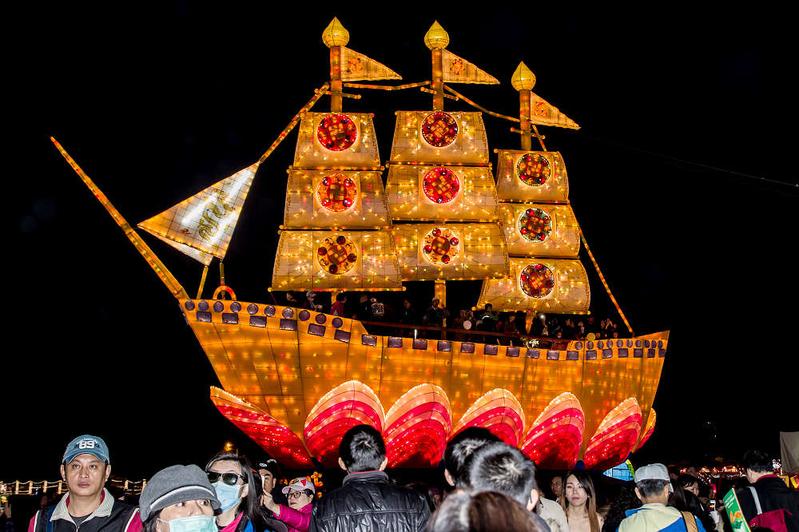金碧輝煌的全世界最大「法船」花燈壯觀而殊勝,吸引眾人登船。(王嘉益/ 大紀元)