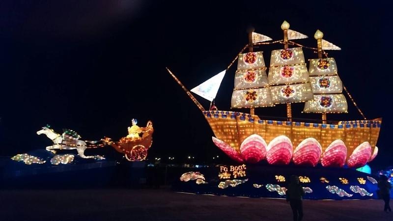 台灣燈會期間台灣法輪大法燈區的全世界最大「法船」花燈,閃耀璀璨的光芒,「法船」花燈設計總監莊逸中受訪表示,台灣燈會約100多萬人觀賞「法船」,登上「法船」花燈有7萬多人。(莊逸中提供)