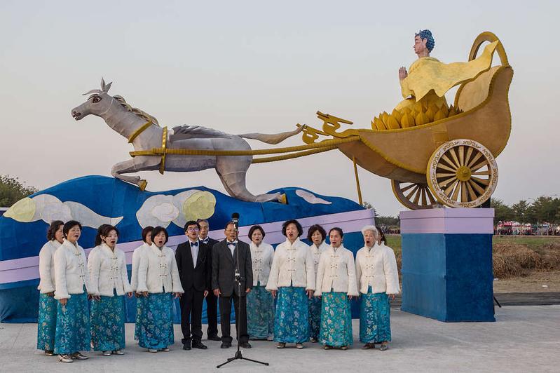 世界首創「神駒天車」花燈,長6公尺、寬1.5公尺、高3.5公尺,前方為由法輪大法學員所組成的合唱團。(王嘉益/大紀元)