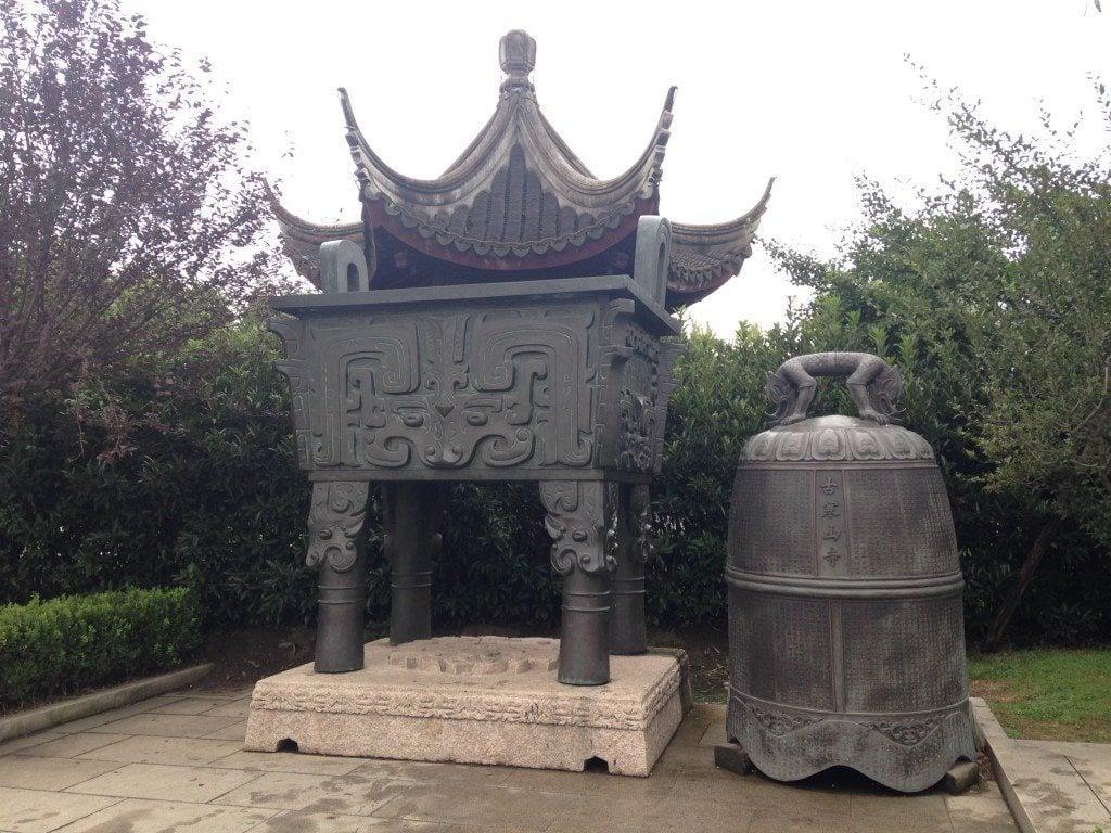 寒山寺銅鼎與銅鐘。(維基百科)