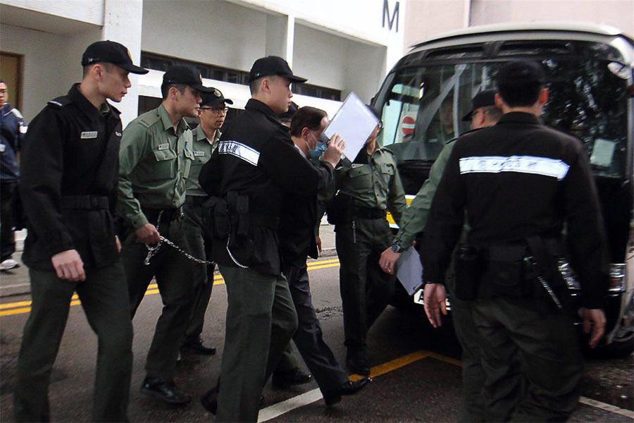 曾蔭權早上坐囚車從伊利沙伯醫院出發,被押解至高等法院。(蔡雯文/大紀元)