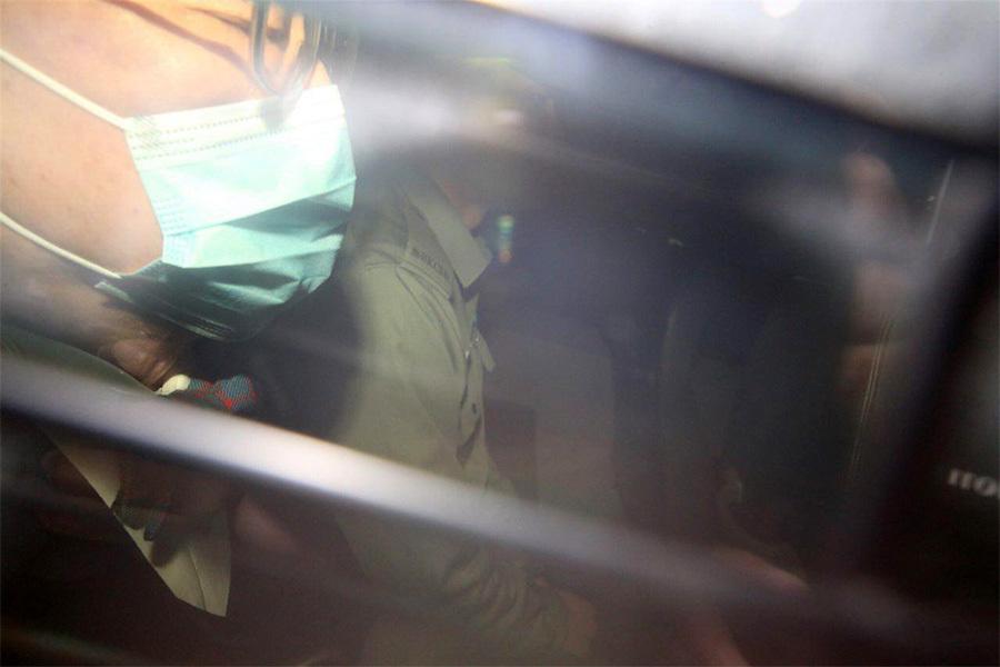 曾蔭權(左)早上坐囚車從伊利沙伯醫院出發,被押解至高等法院。(李逸/大紀元)