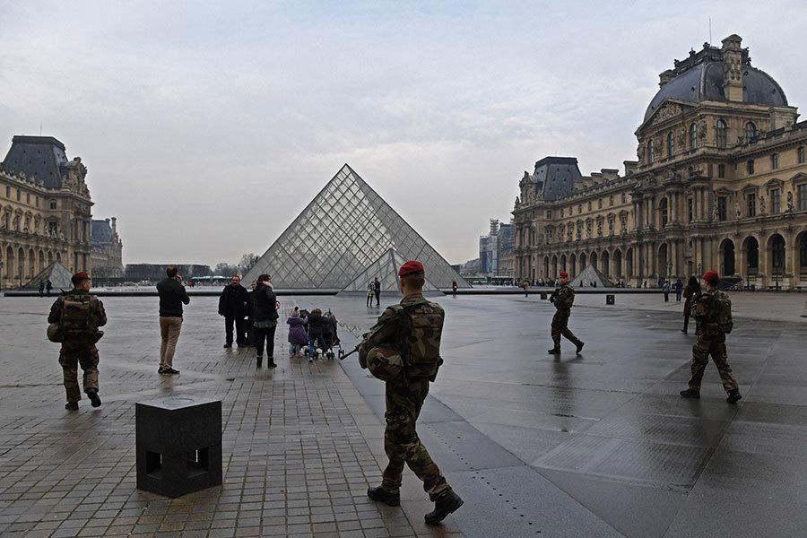 2017年2月16日,法國反恐警察在巴黎羅浮宮附近巡邏。(CHRISTOPHE ARCHAMBAULT/AFP/Getty Images)