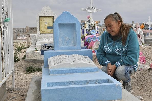 被槍殺男孩的母親Maria Guadalupe Guereca近日在墨西哥接受記者採訪,圖為被殺男孩的墓碑。(YURI CORTEZ/AFP/Getty Images)