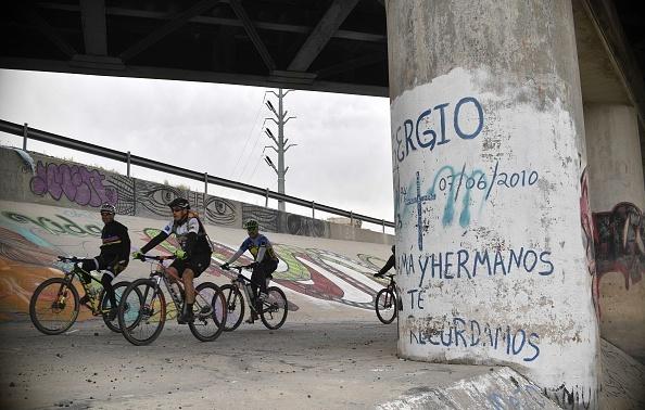 2010年6月,15歲的墨西哥男童赫南德斯就是在這根柱子後、中槍身亡。(YURI CORTEZ/AFP/Getty Images)