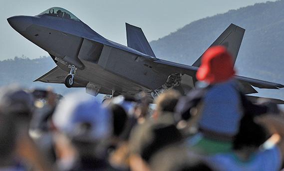 演習可讓澳軍搶先模擬第5代隱形戰機的操作狀態。圖為F-22在墨爾本航展亮相。(AFP)