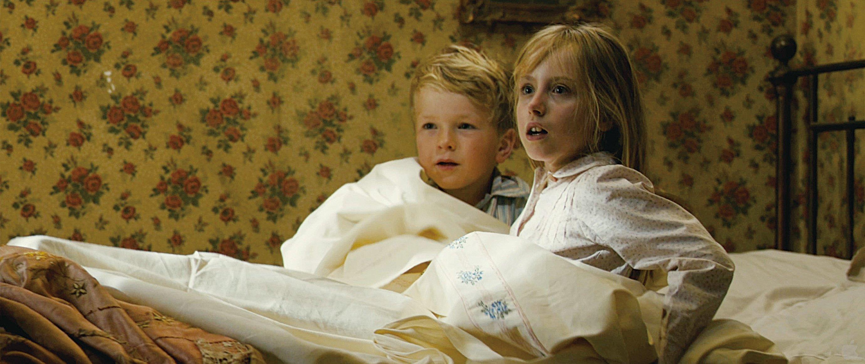 半夜警察的敲門聲驚醒了熟睡中的莎拉和她的弟弟。