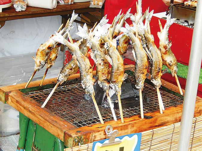 下呂溫泉街位於飛彈河邊,導彈河魚是當地的美食之一。(PIXTA)