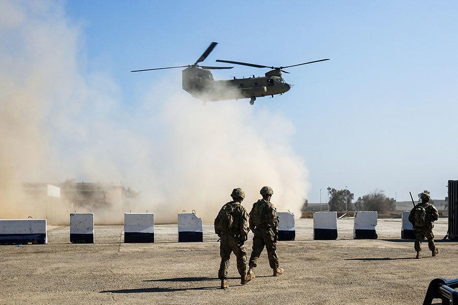 2017年2月22日,美國軍隊在伊拉克摩蘇爾南部的一個臨時軍事基地正在為攻打摩蘇爾西部做準備。圖為美軍C-47 Chinook直升機及美軍士兵。(AHMAD AL-RUBAYE/AFP/Getty Images)
