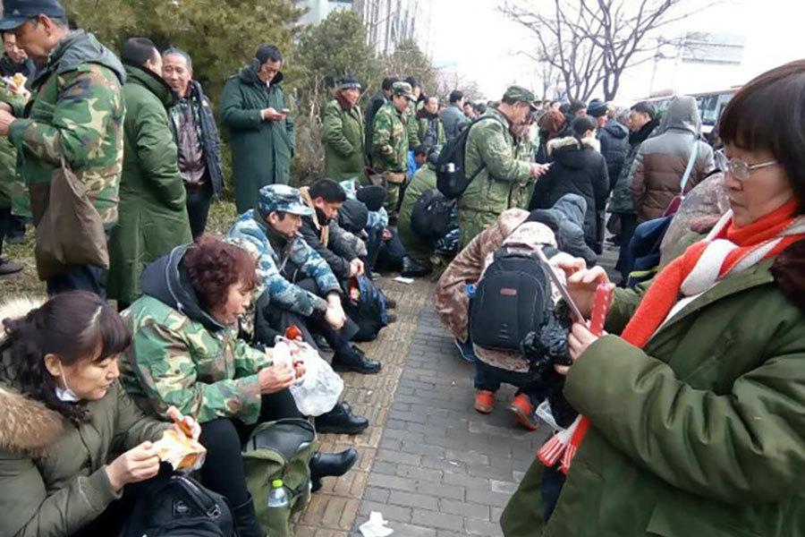 今年2月下旬,在中共的最嚴管制下,上萬名退伍老兵突然聚集中紀委大樓門前,接連3天上訪。(網絡圖片)