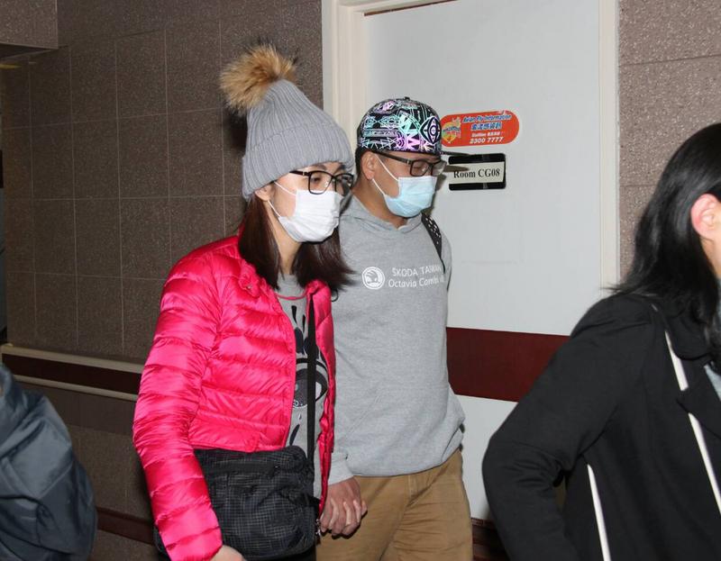 圖為張欣茹的弟弟和弟媳(圖中兩名戴口罩者)2月11日下午抵達伊利沙伯醫院探望。(中央社)