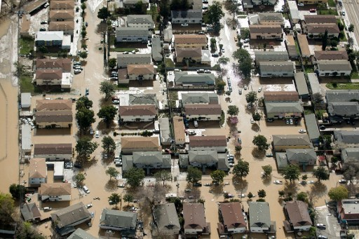 21日晚上科伊特河(Coyote Creek)堤岸破裂,髒水以可怕的速度灌進下游的城鎮。(AFP PHOTO/NOAH BERGER)