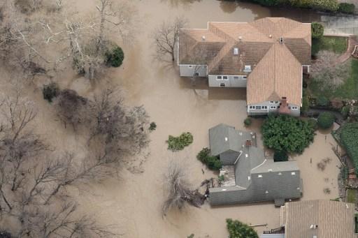 2017年2月22日,在加州聖荷西,數千人被命令撤離他們的家園,因為洪水淹沒了社區,並迫使一條主要高速公路關閉。(AFP PHOTO/NOAH BERGER)