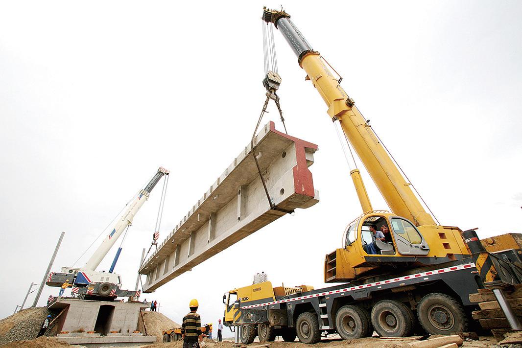 據知情人士透露,十二五鐵路投資總計或為2.5萬億,只對一些小線路進行調整,主幹線保持原計劃的建設速度。圖為正在建設的高鐵。(Getty Images)