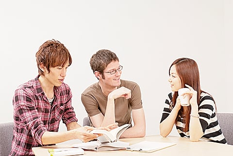 據一項調查顯示,移居法國的中國和越南移民,總體而言,比法國人具備更高的學歷。(pixta)
