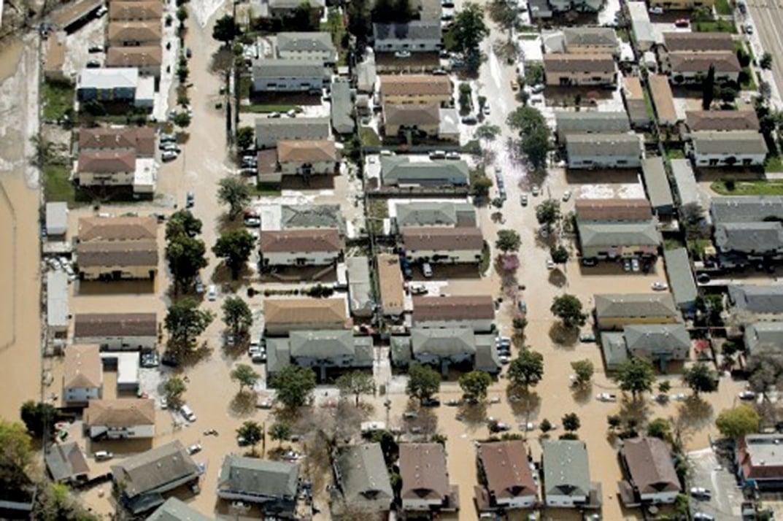 21日晚上土狼溪(Coyote Creek)堤岸破裂,髒水以可怕的速度灌進下游的城鎮。(AFP)