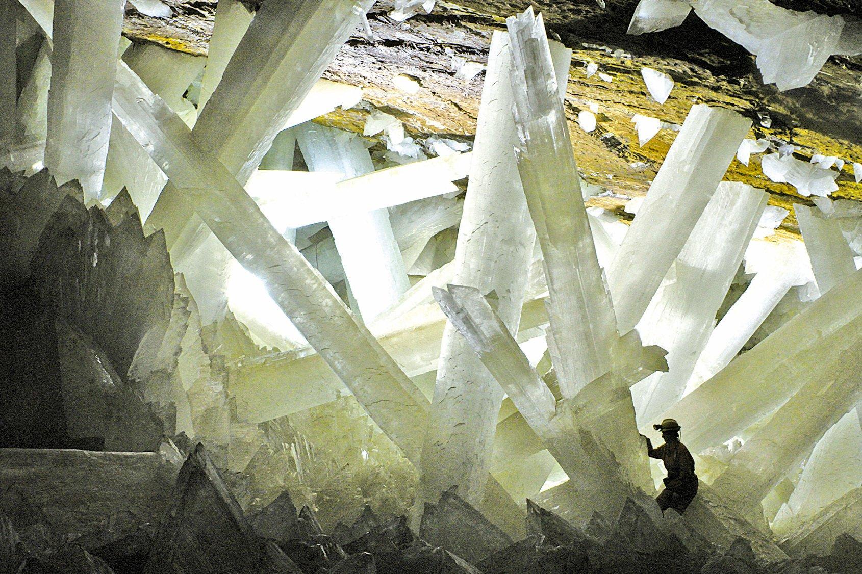 水晶洞內的石柱巨大而美麗。(Alexander Van Driessche/Wikipedia)
