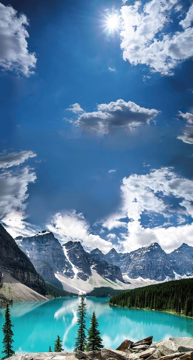 位於亞省班芙國家公園內,由冰川溶水形成的夢蓮湖(Moraine Lake)被世界公認是最有拍照身價的湖泊。(網絡圖片)