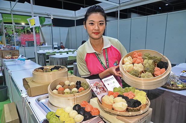 香港樂活博覽,來自台灣宜蘭的五色發糕。(宋祥龍/大紀元)