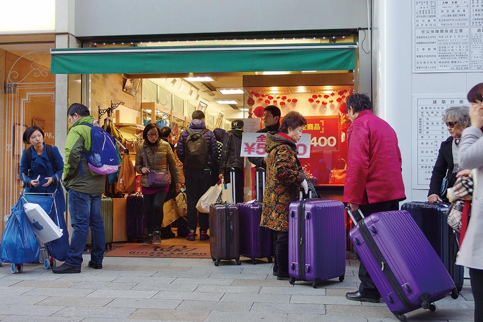 2016年中國新年前夕,中國遊客在日本銀座購物和觀光。(盧勇/大紀元)