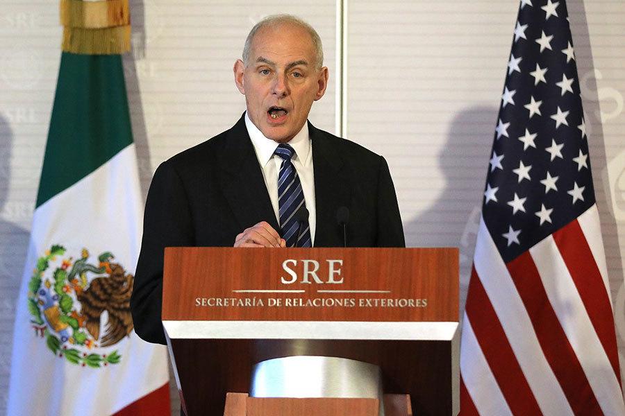 美國國務卿蒂勒森(左)和國土安全部部長凱利(右)在墨西哥城出席記者會。(AFP)