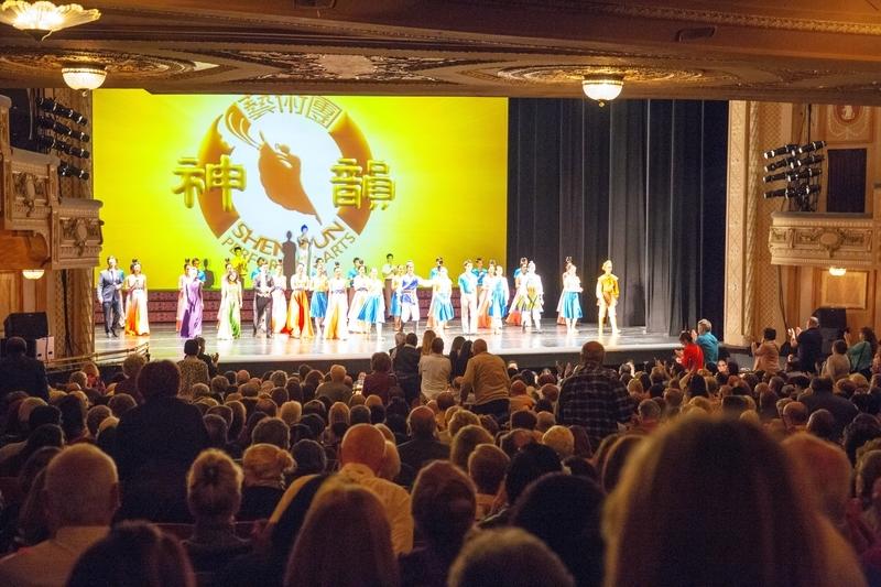 2月23日,神韻國際藝術團在費城瑪麗安劇院(Merriam Theatre)的演出持續出現爆滿盛況。(謝培金/大紀元)
