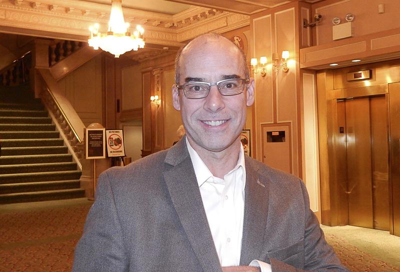 2月23日晚上,Bret Mascaro先生在費城觀看了神韻演出。(衛泳/大紀元)
