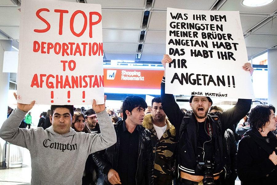 2月22日,德國當局計劃遣返50名難民回阿富汗。在慕尼黑機場,抗議者舉著牌子抗議。他們認為,阿富汗不安全,遣返難民有違人道精神。(MATTHIAS BALK/AFP/Getty Images)