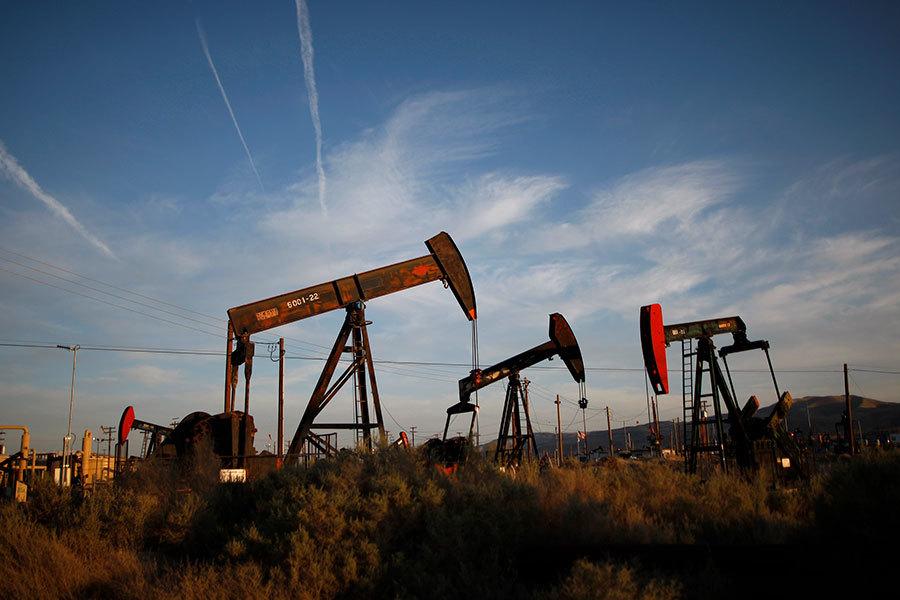 美國鑽井業在增加原油產量的同時,也採用新的技術,降低成本並增加效率。圖為美加州的一處頁岩油開採現場。(David McNew/Getty Images)