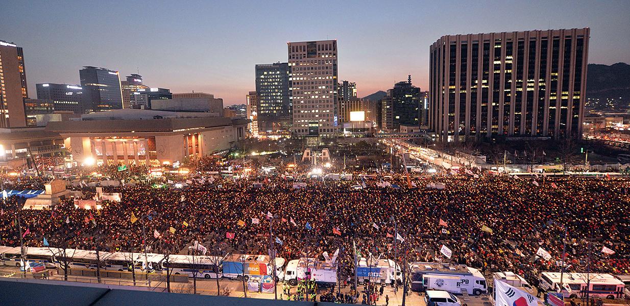 隨著朴槿惠彈劾案宣判臨近,贊成和反對彈劾的南韓民眾25日分別在首爾舉行今年以來的最大規模示威。(newsis)