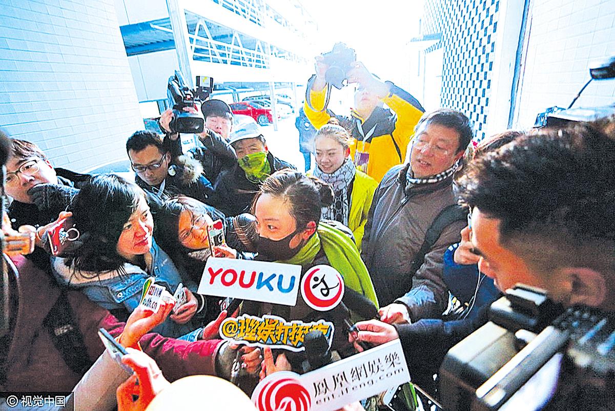 林妙可因中共要她在奧運會上假唱,成了眾矢之的。圖為林妙可2月10日在北影藝考考場被媒體採訪。(大紀元資料室)