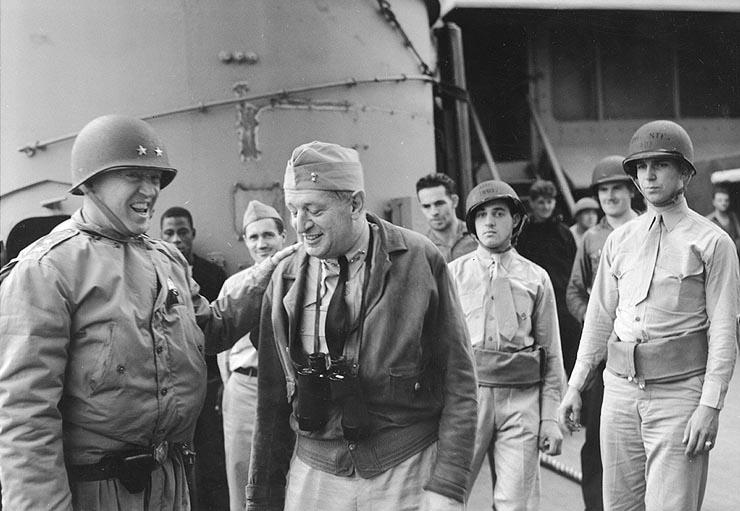 1942年11月,巴頓(左)和海軍少將亨利・肯特・侯伊特(Henry Kent Hewitt)在北非外海的美國海軍奧古斯塔號重巡洋艦上。(公有領域)
