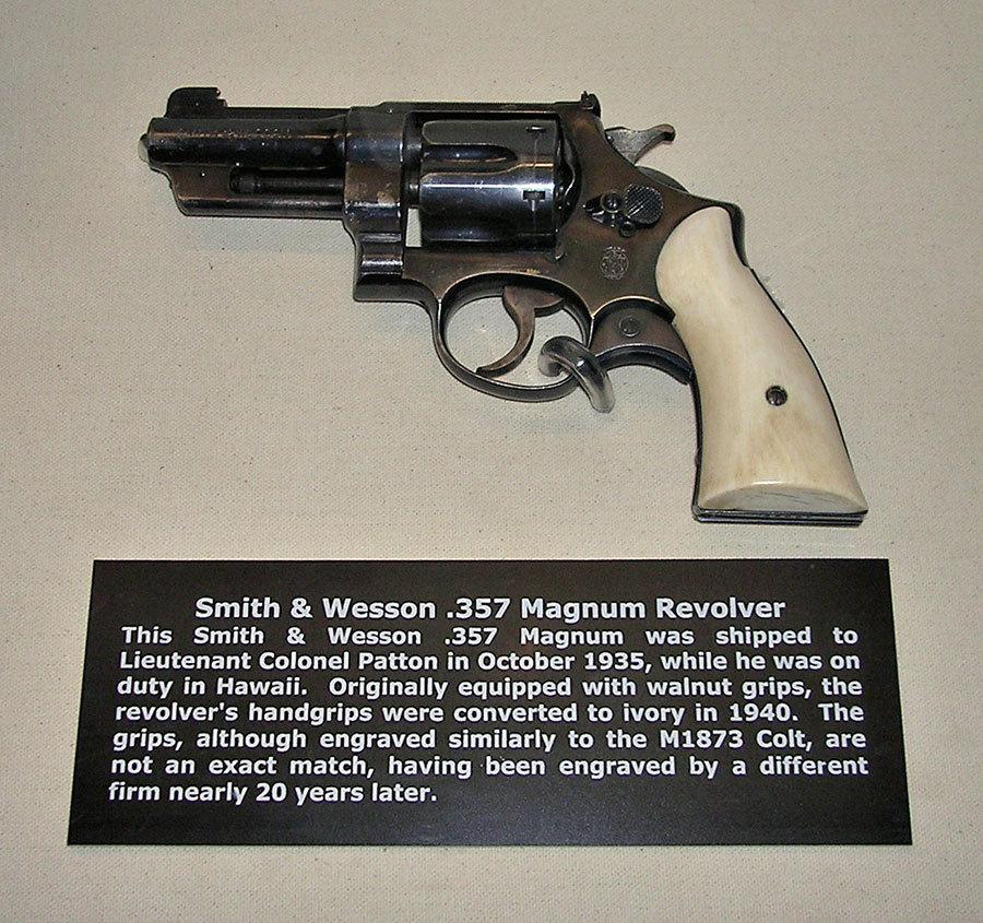 巴頓將軍廣為人知的象牙柄左輪手槍。(維基百科/公有領域)