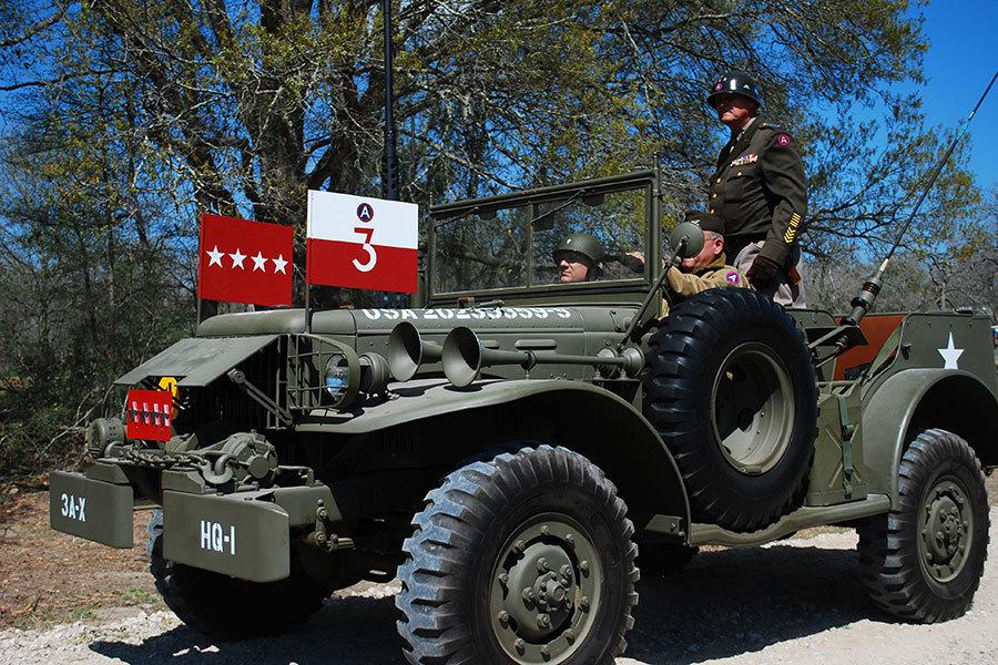 按照巴頓將軍二戰時的指揮車複製的吉普,前後都有四顆將星,代表巴頓的軍銜。(巴頓第三軍團紀念網站/Patton Third Army, Living Historians)