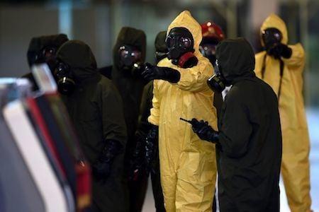 金正男被致命神經毒劑毒殺後,馬來西亞民防人員26日封鎖了暗殺現場,進行全面消毒。(MANAN VATSYAYANA/AFP/Getty Images)