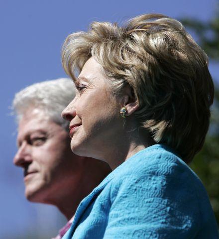 Newsmax.com 2007年8月發表評論,指出中共透過管道捐款給克林頓夫婦。並說,希拉莉・克林頓曾經向中共當局拿過錢,不只一次,而且是很多次。(法新社)